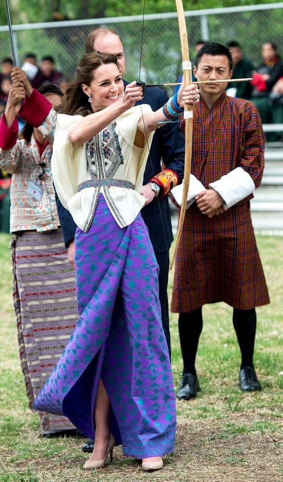 Bhutáni nyaralásukkor Katalin hercegné kipróbálhatta magát az íjászatban is, azonban nem számolt azzal, hogy csinos, bő ujjú ruhája mennyit hátráltatja majd a nyíl kilövésében.