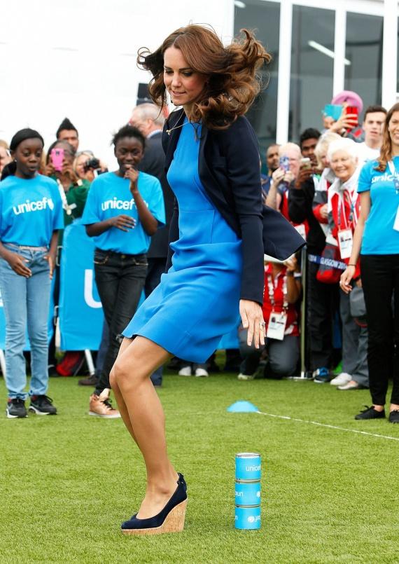 Skóciában is beállt játszani a gyerekek közé 2014 júliusában, azonban csinos Stella McCartney ruhája és magas talpú cipője miatt elég ügyetlennek bizonyult.