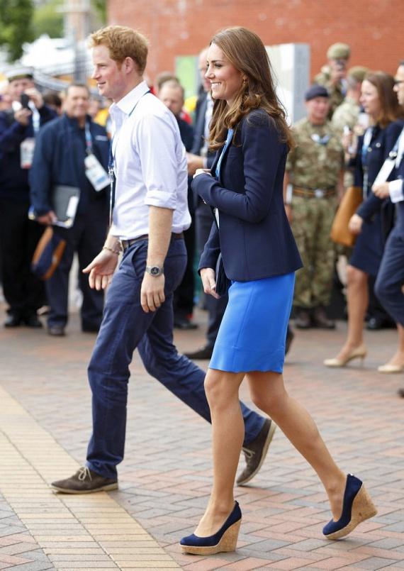 Még a hivatalosabb megjelenéshez is jól passzol telitalpú cipője, amit az évek során sokszor láthattunk a lábán - volt, hogy még röplabdázott is benne.