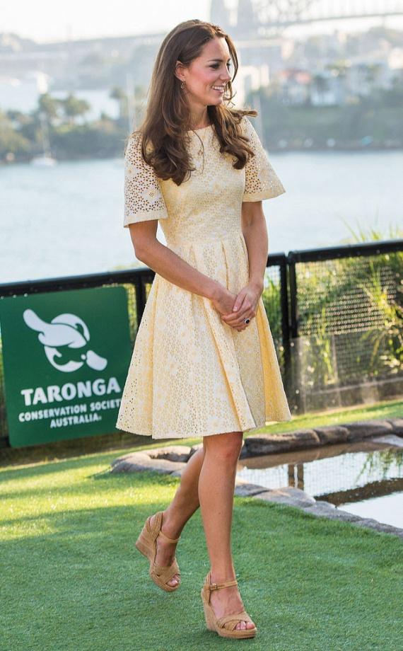Legutóbb Ausztráliában viselte Katalin hercegné ezt az egyszerű, bézs surranót, ami egyszerre kényelmes és csinos.