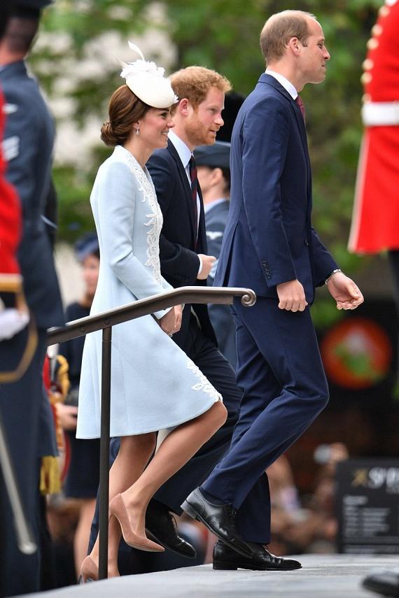 A Szent Pál-székesegyházban tartották meg az ünnepséget, amelyen a népes királyi család majdnem minden tagja részt vett. A dédunokák egy része otthon maradt - nekik hosszú lett volna a ceremónia. Katalin hercegné, mint mindig, most is állandó kísérőivel, Vilmos és Harry herceggel lépett be a templomba.