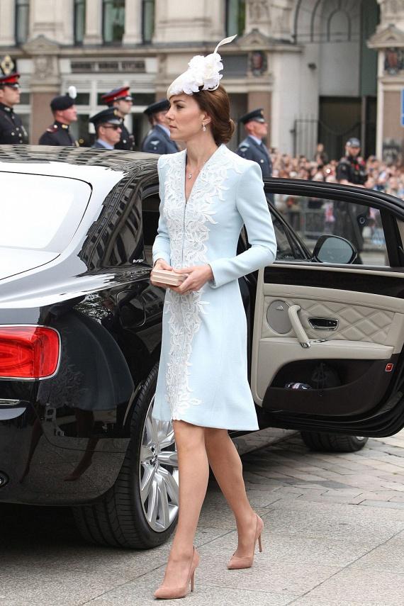 Nem véletlenül tartják igazi stíluskirálynőnek Katalin hercegnét: ez a világoskék kabátruha is tökéletes választás volt.