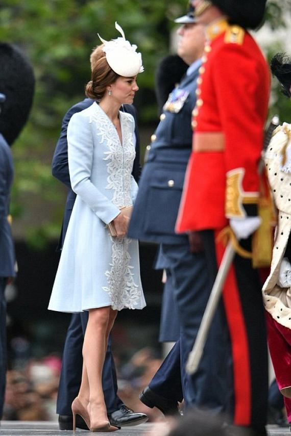 Egyik kedvenc tervezője, Catherine Walker készítette számára ezt az egyedi kabátruhát, amiben csak úgy tündökölt a nagy napon.