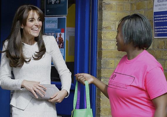 A hercegnő még egy kis ajándékot is kapott. A zöld színű kötényt a programban részt vevők tervezték, az eladásból befolyt összeget pedig a függőséggel küzdő fiatalok kigyógyítására fordítják.