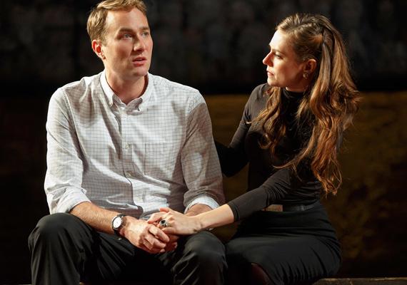 Drámai jelenet az Oliver Chris által alakított Vilmos herceg és Katalin hercegné között. Nagyon odafigyeltek a részletekre, még a hercegné eljegyzési gyűrűjét is pontosan lemásolták.