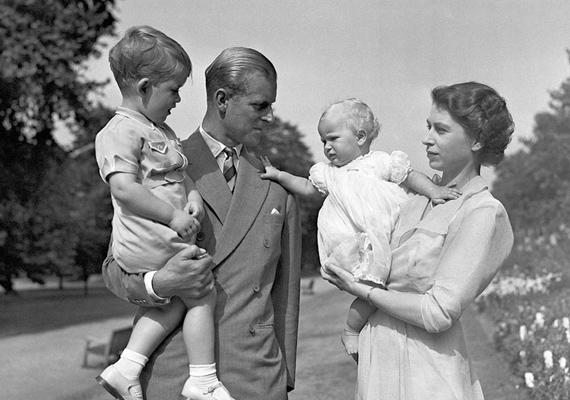 Erzsébet sem várt sokáig a lányosabb holmikkal. Anna hercegnő alig volt néhány hónapos, de már ilyen gyönyörű ruhácskát viselt.