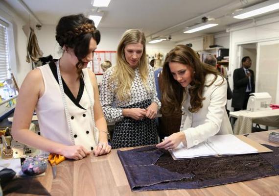 A divatikon Katalinnak természetesen muszáj volt bepillantást nyernie a jelmeztervezők munkájába.