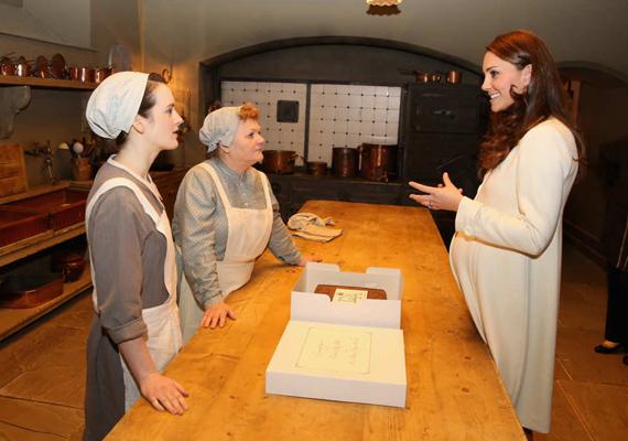 A hercegné elsőként a képzeletbeli alagsorba sietett, mert nagyon kíváncsi volt, hogy fest a Crawley-ház konyhája. A sorozat szakácsnőjét, Mrs. Patmore-t játszó Lesley Nicole és konyhalánya, Daisy, akit Sophie McShera alakít, szívesen kísérték körbe.