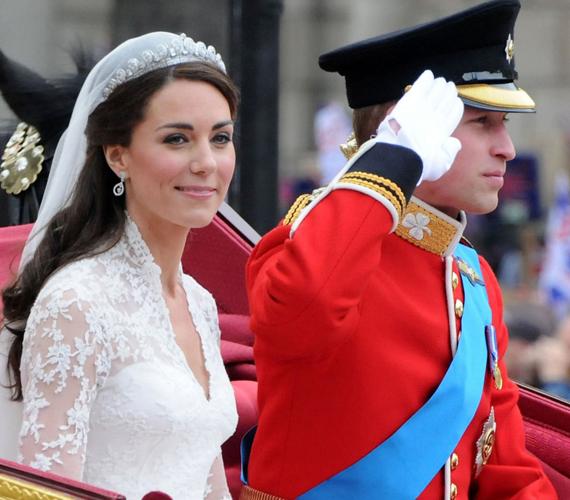 A királyi pár esküvőjét egy világ figyelte. A hercegné az eseménynek megfelelően gyönyörű volt, csak úgy sugárzott különleges ruhájában.
