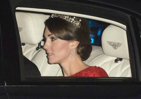 Már az autóban lekapták a hercegnőt, mindenki kíváncsi volt, hogy mit visel majd aznap este.