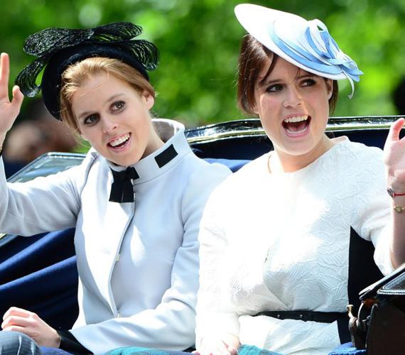 Érkezésükkor még Beatrice és Eugenie hercegnő is hozta a jobbik formáját és most szerencsére a borzalmas kalapjaikat is otthon hagyták.