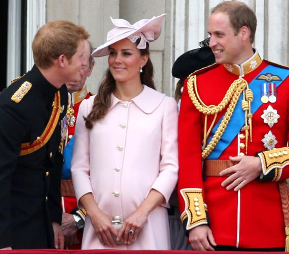 Katalin hercegné már a nyolcadik hónapban van, ahhoz képest a pocakja alig látszott az Alexander McQueen kabátban.