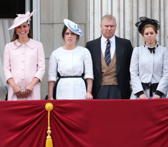 Három hercegnő: míg Katalin mosolyog és élvezi az ünnepséget, addig Beatrice és Eugenie hercegnő elég unottnak látszik.