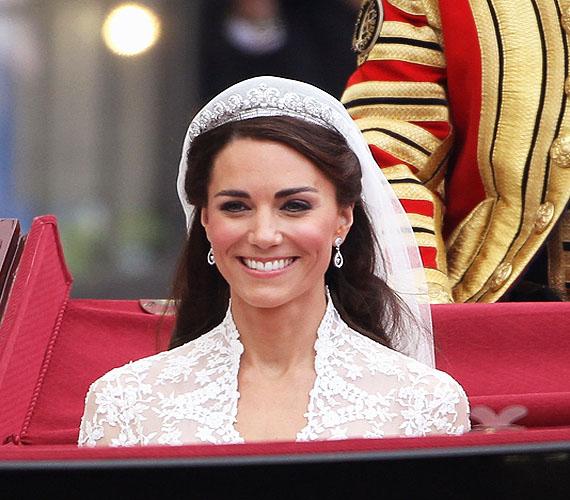 2011-ről mi más is juthatna eszünkbe, ha nem a nagy nap, amikor Kate hivatalosan is összekötötte Vilmos herceggel az életét, és Katalin hercegnévé avanzsált. Csodás esküvői frizurája azóta is sok menyasszony fodrászát ihleti meg.