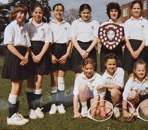 A hercegné (balról a harmadik) itt éppen az iskola teniszcsapatával.