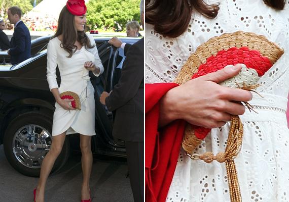 Egyszerű fehér ruháját ezzel az Anya Hindmarch által tervezett, legyező formájú táskával dobta fel.