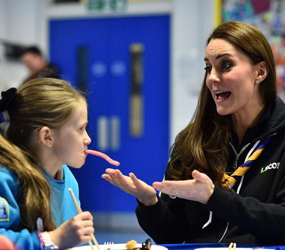 Katalin hercegnő tanítgatta a kislányt, hogyan kell pálcikával enni.