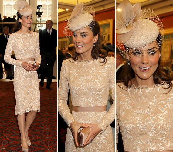 2013 nyarán viselte ezt a mesés, bézsszínű, csipkedíszítésű Alexander McQueen darabot, amit egy különleges Jane Taylor kalappal tett még elegánsabbá.