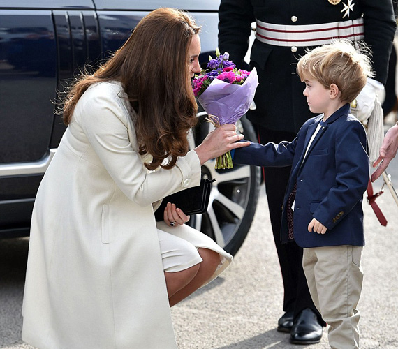 Katalin színes virágokat kapott a Downton Abbey egyik kis gyerekszereplőjétől, a négyéves Zac Barker játssza György úrfit.