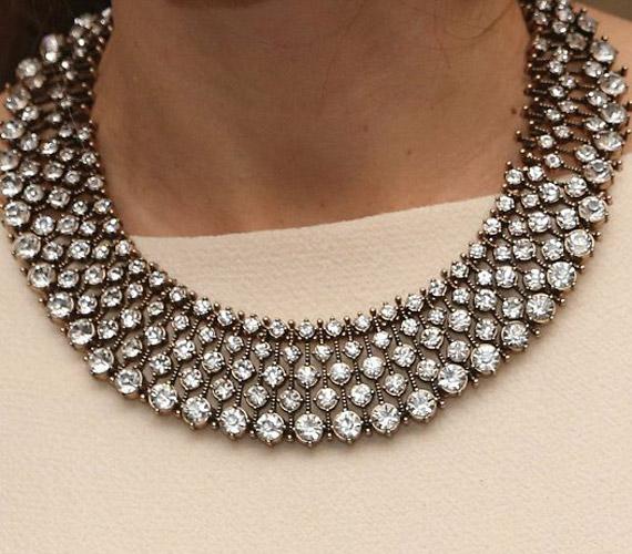 A szép ékszer kivételesen nem drágakő volt, a hercegnő nyakában egy hamis kristály csillogott.