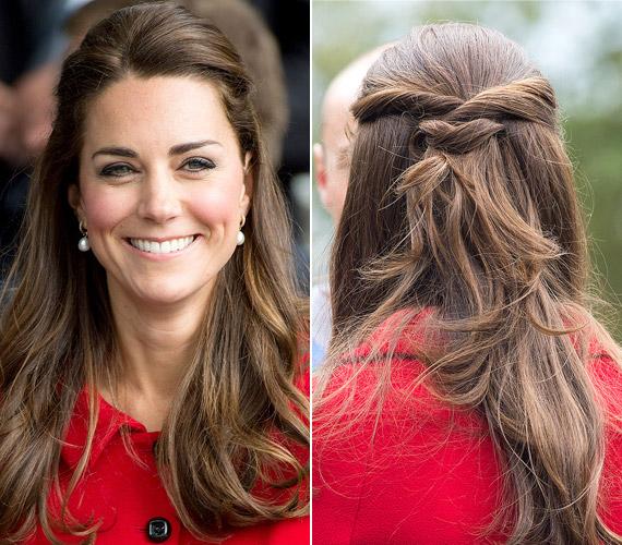 Leggyakrabban így fogja össze a haját, egy tincset oldalt felvesz, és hátul letűzi.