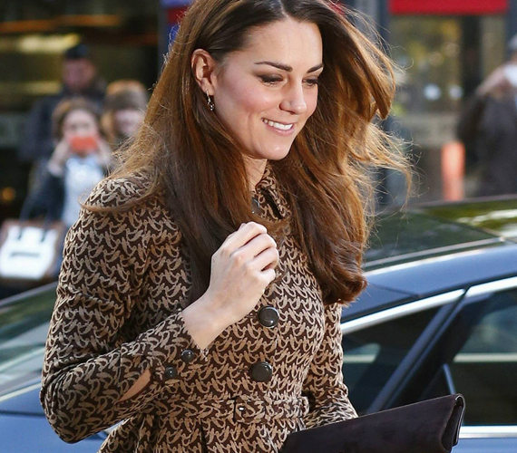 Az Orla Kiely kabátruha ismerős lehet már, a hercegnő ugyanis ezt viselte 2012 februárjában is.
