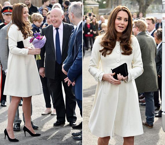 Ez a szikrázóan hófehér JoJo Maman Bebe kabát szintén márciusban volt rajta, amikor a londoni Ealing Stúdióba látogatott, a Downton Abbey sorozat forgatására. Katalin hercegnő szereti a ruhának is beillő kabátokat, és mivel várandóssága nagy része a hidegebb időszakra esett, így sokfélében láthattuk, ám ez a fehér volt az egyik legszebb.
