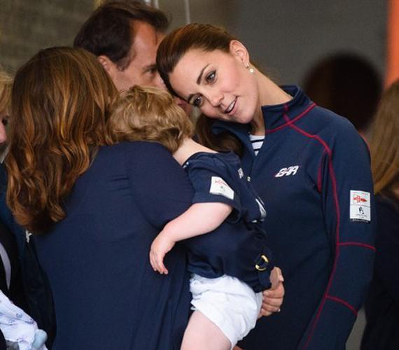 Egy másik gyerkőcnél is próbálkozott, és bár a kisfiú arcát ebből a szögből nem látni, a testtartásából ítélve ő sem volt odáig az örömtől, hogy Katalin hercegnő gügyög neki.