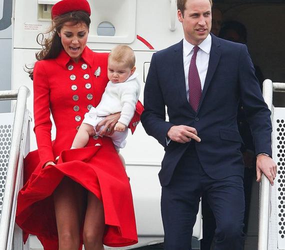 """A királyi udvar biztonsági protokollja megköveteli, hogy az esetleges merényletek kivédése érdekében a királyi család tagjai sohase utazzanak egy gépen, azonban Katalin ragaszkodott hozzá, hogy új-zélandi útjukon Vilmossal és az akkor még néhány hónapos György herceggel együtt repüljön. """"Nekem az ad biztonságot, ha velük lehetek!"""" - nyilatkozta.                         Szegény hercegnő azonban dupla kihágást követett el: elvileg a királynő megtiltotta, hogy térd fölé érő szoknyát, ruhát húzzon, ő azonban fittyet hányt erre a kérésre. Majdnem villantott is, köszönhetően a szeles időnek."""