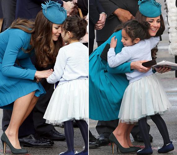 Katalin hercegnő szeretettel ölelte át a kislányt.