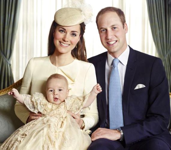 A hivatalos fotók kissé talán sterilek, bár György herceg egyszerűen ennivaló rajtuk.