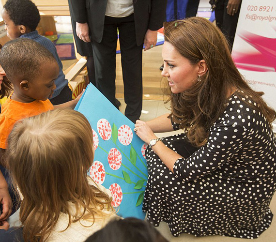 Katalin beszélgetett a gyerekekkel is, továbbá megismerkedett a Home-Start jótékonysági szervezet munkájával, akik a hátrányos helyzetű szülőket és gyerekeket segítik Nagy-Britanniában.