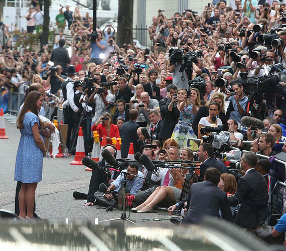 Bár a hercegi pár a róluk megjelent fotók többségén közelről látszott, ezen a képen jól érzékelhető a tömeg és az érdeklődés elképesztő mértéke. A sajtósok és a rajongók nemcsak a kórház előtt gyülekeztek, hanem a Buckingham-palota környékén is, hogy akár csak egy pillantást vethessenek az újszülöttre.