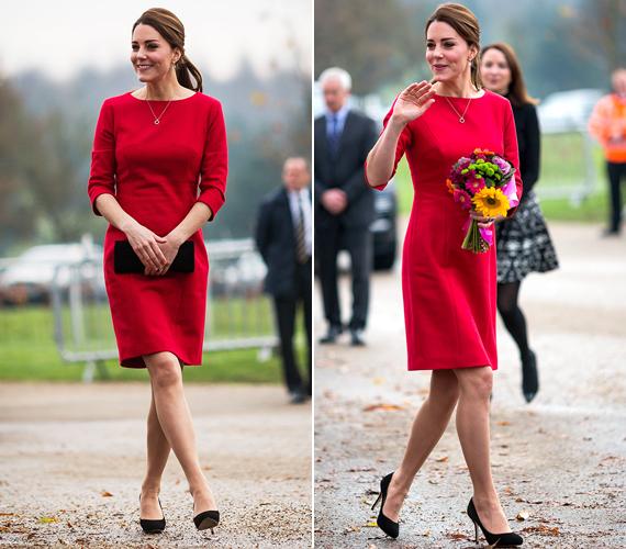 A hercegnő tavaly novemberben, egy gyermekhospice-központ látogatásakor viselte ezt a lezser, skarlátvörös ruhát, amely finoman eltakarta kerekedő pocakját. Bizony, ekkorra már kiderült, Charlotte hercegnővel várandós.