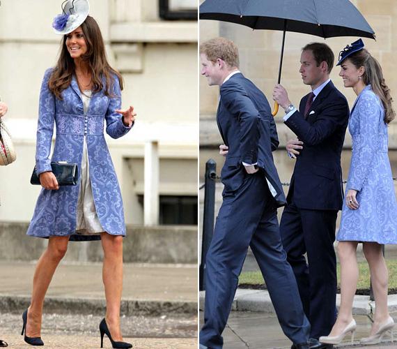 Gyönyörű ez a kék Jane Troughton brokátkabát, nem véletlenül szereti Katalin is. 2009-ben egy barátjuk esküvőjén volt rajta, majd 2011 júniusában Fülöp herceg születésnapi partijára is ezt húzta fel.