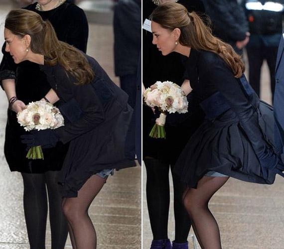 A hercegnő arcán látszik, hogy nagyon kínosan érinti a dolog, görcsösen próbálja a szoknyáját helyreigazítani.