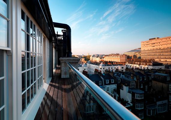 Gyönyörű kilátás nyílik a városra az erkélyről, ahol reggelente frissen vágott virág is várja a szoba lakóit.