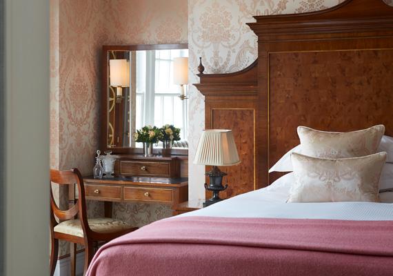 A hálószobát a Buckingham-palota ihlette, az ottani egyik hálóban található még ilyen rózsaszín damaszt ágytakaró.