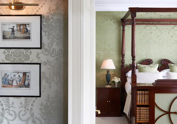 A fal mintázata is selyemből készült, érdekessége, hogy a Titanic első osztályú kabinjaiban használták ugyanezt a mintát.