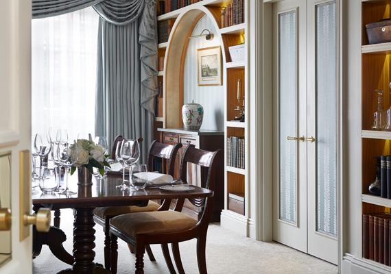 Még a bútorokat is selyem fedi, ebben a beépített szekrényben tartják a 18. századbeli kristálypoharakat.