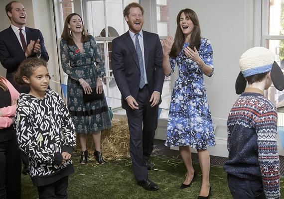 A hercegné a nap végére alig kapott levegőt a nevetéstől, nagyon jól szórakozott férjével és Harryvel.