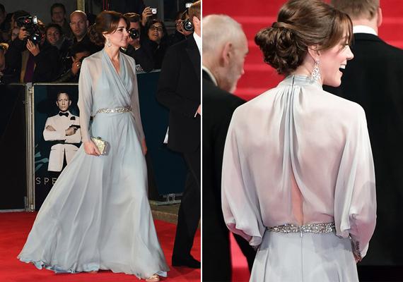 A legújabb James Bond-film premierjére október végén ebben az átlátszó ruhában érkezett. Még melltartót sem viselt, amit a hátul nyitott ruhája jól láthatóvá tett.