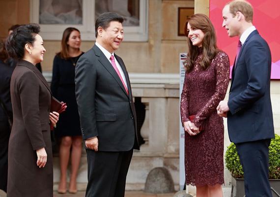 Az elnök és felesége láthatóan nagyon örültek a találkozásnak, Peng Liyuan nem győzte dicsérni Katalin ruháját.