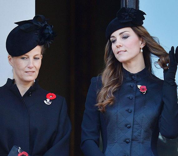 Zsófia wessexi grófné és Katalin hercegnő is kicsit unalmasan nézte a felvonuló katonákat. Katalin végig a haját tekergette, ami többeknél kiverte a biztosítékot.