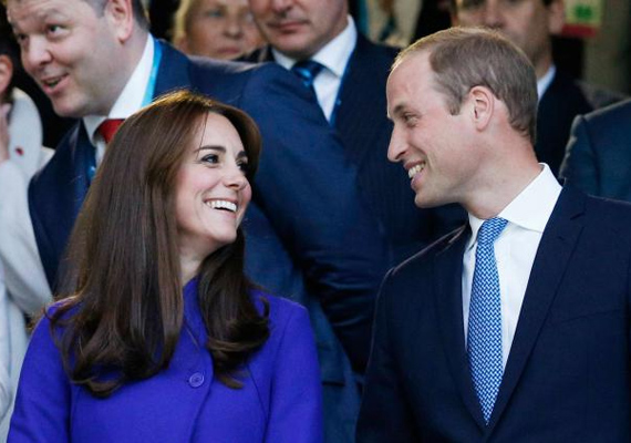 Négy és fél év házasság és két gyerek után még mindig ilyen szerelmesen néz egymásra a pár. Vilmos láthatóan örült, hogy felesége végre újra vele tartott egy rendezvényre.