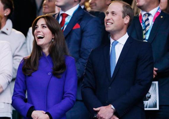 Katalin hatalmas mosolyát látva biztosak vagyunk benne, hogy remekül érezte magát a nyitó ünnepségen. A hercegnő csak úgy ragyog a boldogságtól.