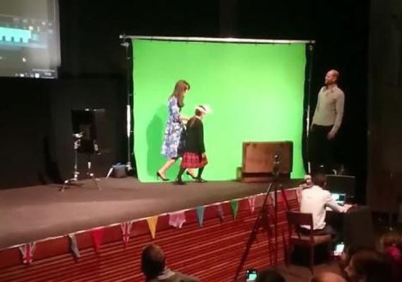 A jelenetet egy zöld vászon előtt vették fel, csak később illesztették rá a hátteret.
