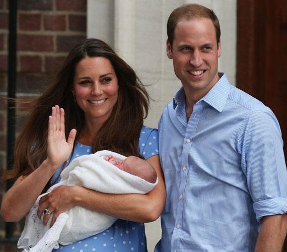 Katalin hercegnő és Vilmos herceg széles mosollyal az arcukon állták a fotósok rohamát. A hercegi pár összeöltözött: mindketten világoskéket viseltek - az ifjú anya pöttyöset, az apa csíkosat.