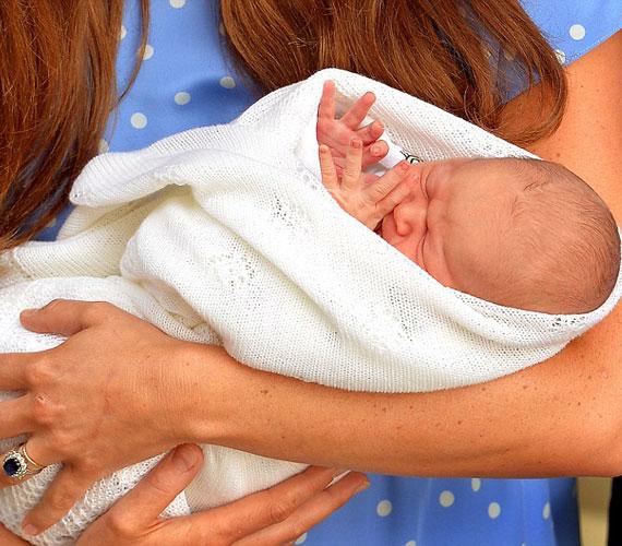 A baba nevét bemutatásakor sem közölték, ahogy Vilmos herceg fogalmazott: ezen még dolgoznak. A brit sajtó keresztneve hiányában csak Baby Cambridge-nek hívja az újszülöttet.