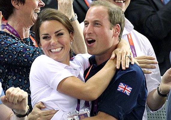 A 2012-es olimpián így ugrott férje karjába Katalin hercegnő, amikor az angol biciklisták megszerezték az aranyérmet.
